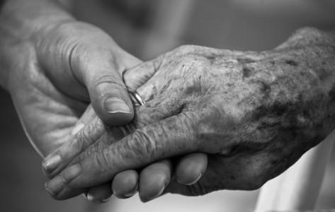 Mains d'une personne âgée