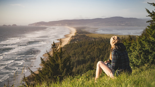 Femme devant un paysage marin
