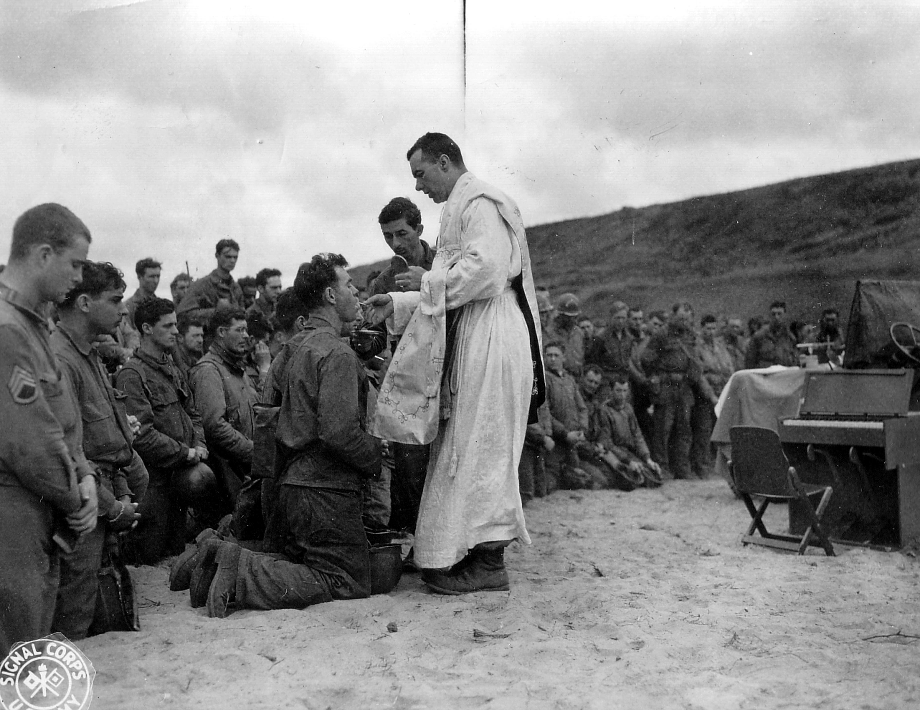 3.-12-juin-1944-la-sainte-messe-est-célébrée-à-Omaha-Beach