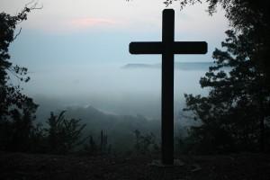 Croix dans la brume
