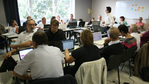 Equipe en train de travailler sur le site web