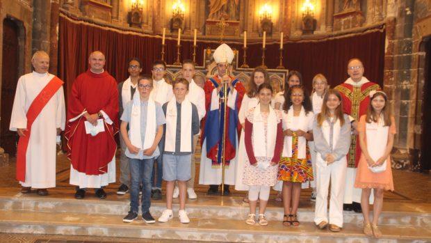La célébration était présidée par Mgr Jacques Habert, entouré des pères Philippe Cenier et François Lecrux et du diacre Yves Lebaudy.